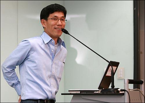 19일 저녁 서울 상암동 오마이뉴스 대회의실에서 <저자와의 대화 : 진중권 '교수대 위의 까지>가 열리고 있다.