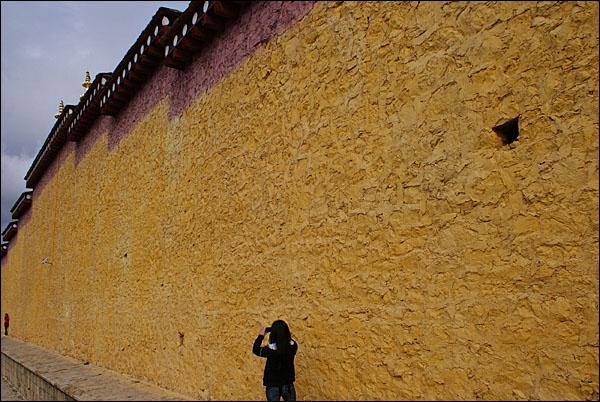숨첼링 사원의 대경당과 주전 앞에 있는 담벽. 따스한 색채미가 돋보인다.