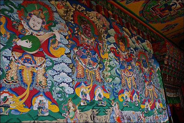 자창전 외벽에 그려진 탱화. 라마불교의 법신은 무시무시하고 위압적이다.
