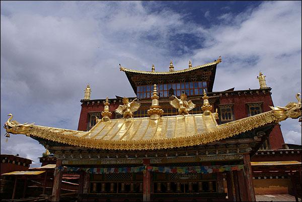 지붕 처마 끝은 악어의 몸과 코끼리의 코를 지닌 수호 영물의 추신(Makara)이다.