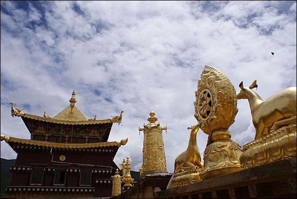 지붕을 장식한 법기는 부처에 대한 기원(祈願)을 상징한다.