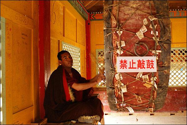 대경당 옥상에 안치된 북을 치는 라마승. 날마다 6번씩 친다고 한다.