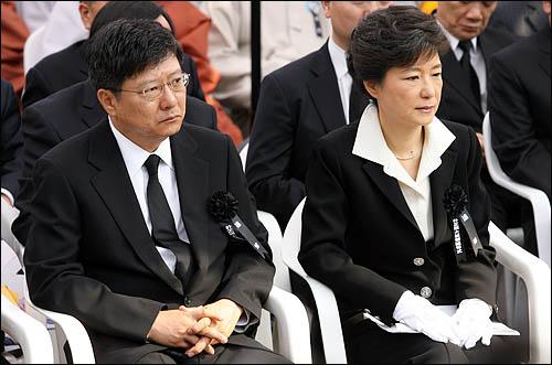 박근혜 한나라당 전 대표가 동생 지만씨와 26일 국립서울현충원에서 열린 박정희 전대통령 서거 30주기 추도식에 참석하고 있다.