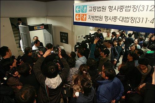 28일 오후 서초동 서울중앙지법에서 용산철거민 참사  선고공판이 열릴 예정인 가운데, 재판정에 들어가지 못한 방청객들이 80명으로 인원제한을 한 조치에 항의하고 있다.