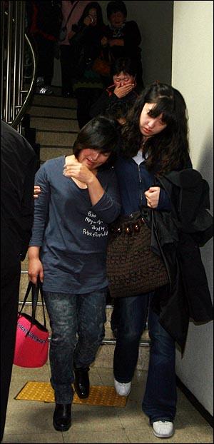 28일 오후 서초동 서울중앙지법에서 열린 용산철거민 참사 선고공판에서 기소된 철거민 농성자 9명중 7명에게 징역 5~6년의 중형이 선고된 가운데 방청객들이 눈물을 흘리며 재판정에서 나오고 있다.