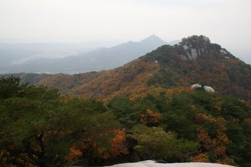 사암으로 이루어진 수락산에 가을 단풍이 수놓아져 있다 바위를 돌아 오르면 또 하나의 장관이 펼쳐지는 것을 볼 수 있게 된다. 산을 오르는 오솔길 위에서 내려다 본 수락산.