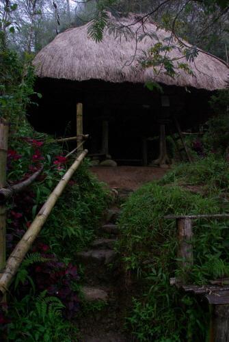 마을 내에 있는 전통가옥 '발루이'의 모습. 이 곳에서 숙박체험을 할 수도 있다.