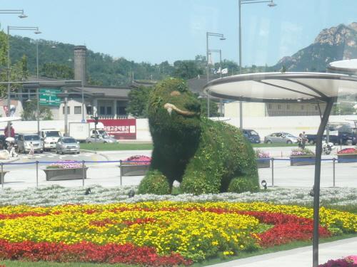 해치상 서울시가 서울의 상징물로 지정해 광화문 광장에 설치한 '해치'상, 이에 대해 개신교에서는 구시대적 토테미즘을 재현하고 있는 것에 불과하다며 비판하고 있다.