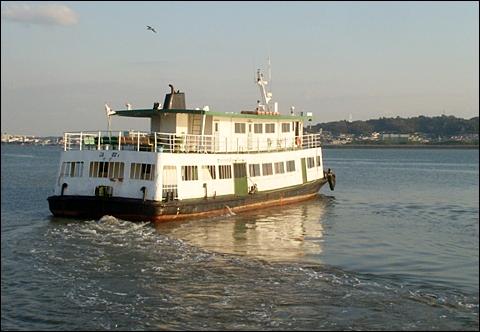 군산을 출발, 15분 만에 장항에 도착해서 승객을 내려놓고 곧바로 군산으로 돌아가는 금강호, 이제는 탈 수도, 볼 수도 없는 배가 되었습니다.