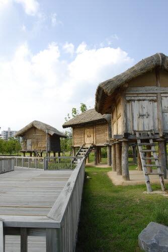 고상식가옥 봉황동유적에 복원된 가야시대의 가옥으로서, 거주지가 아닌 주로 창고의 용도로 사용되었다