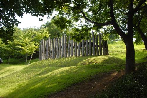 목책 나무를 이용하여 성벽처럼 마을을 둘러 놓은 방어시설로서, 마을의 권역을 표시하거나 종교적인 목적으로 설치하기도 한다