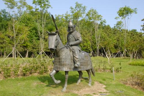 기마무사상 가야시대의 무사와 말의 모습을 복원해 놓은 동상으로서, 기마인물형토기와 가야시대의 유물들을 참조하여 만들어졌다