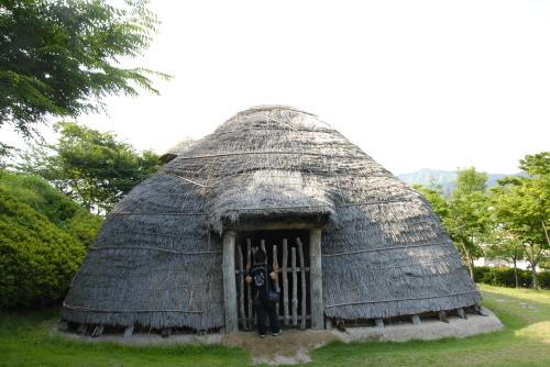 가야의 가옥 가야인들은 주로 이렇게 반지하식으로 파서 기둥을 세운 집에서 기거하였다.