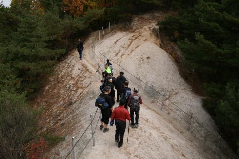 정상을 향한 도중에 만난 바위 능선길 이 구간을 지날 때에는 다들 조심하게 된다.