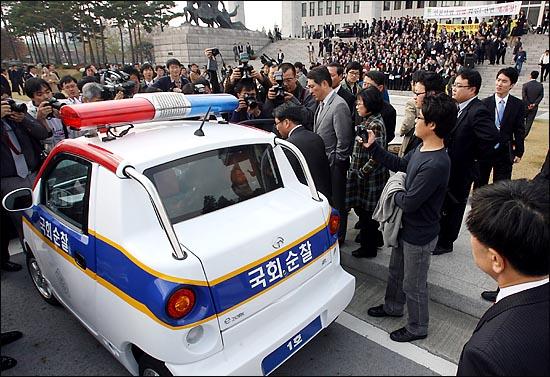 국회사무처 직원의 해산 명령으로 한 차례 소란이 벌어졌다.