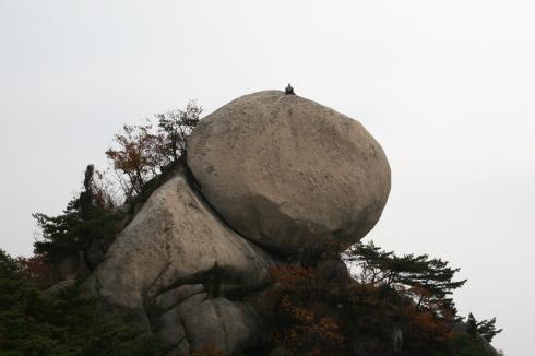 수락산의 바위 꼭대기에 올라가 있는 사람은 신선일까? 신선의 마음으로 그런 기분으로 앉아 있겠지!