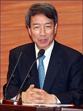 정운찬 국무총리가 6일 오후 서울 여의도 국회 본회의에서 열린 외교, 통일, 안보분야 대정부질문에서 의원들의 질의에 답하고 있다.