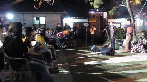 전주한옥마을 내 학인당에서 자신의 첫 정규음반 발매와 학인당 건립 100주년을 기념하는 이창선씨의 대금 공연이 시민들을 대상으로 펼쳐졌다.