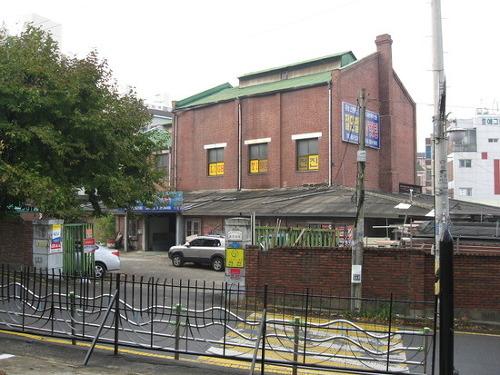 문화재자료 101호로 등록된 유한양행 공장으로 명칭은 구유한양행소사공장으로 되어있다.
