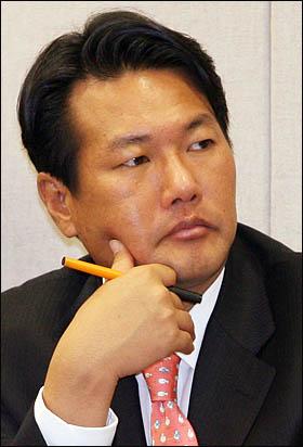김태효 청와대 대외전략비서관(가운데)이 12일 국회에서 열린 운영위원회 국정감사에 출석해 의원들의 질의를 듣고 있다.