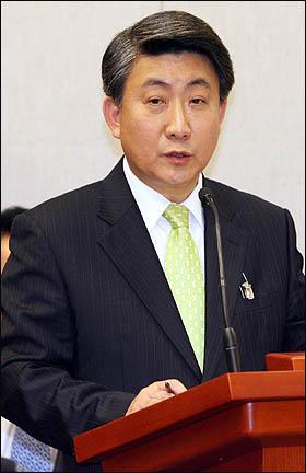 이동관 청와대 홍보수석이 12일 대통령실에 대한 국회 운영위원회 국정감사에서 질의에 답변하고 있다.