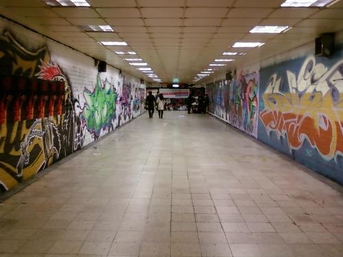 더 안으로 들어가면 지하보도 양쪽을 장식한 그림이 인상적이다. 미술관에 온 느낌이다.