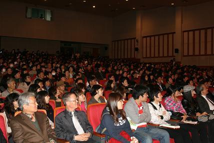 신영복에게 길을 묻다  청주 강연회가 열린 600석은 이미 만석이 되어 복도에 서서 강연을 들어야 했다.