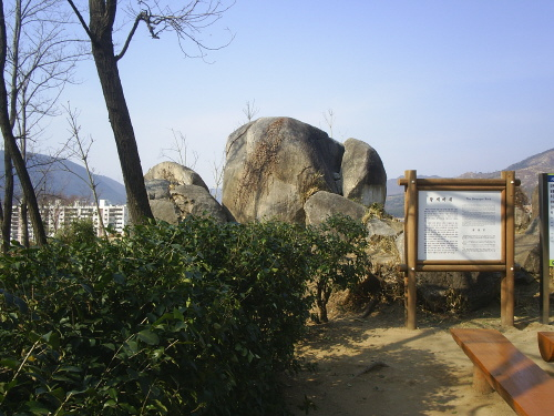 황세바위 김해 봉황동유적에 있는 큰 바위다. 전설에 의하면 황세와 여의가 이곳에서 내기를 하였고, 혼례를 올렸다고 한다