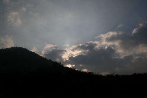 예봉산 머리 위의 구름들이 조금씩 걷히고 있다 도착해서 주차할 때에는 시커먼 구름들이 가득했었는데  산행을 시작하자 다행히 조금씩 해가 나기 시작한다