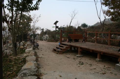 예봉산 진입로 옆의 작은 공원 하산길에 낙엽이 깔린 나무벤치에 앉아서 휴식을 할 수 있고,  준비된 운동기구들을 통해 간단한 운동도 할 수 있었다.