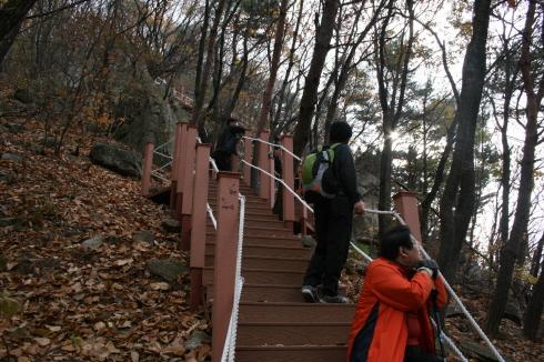 예봉산의 등산로 중 힘든 구간이라고 기억되는 계단구간 밧줄을 잡고 한발 또 한발 계단을 올라갔다.
