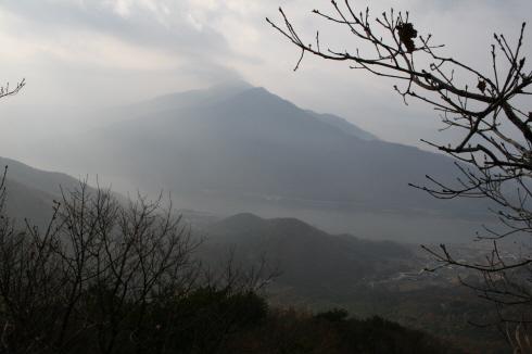 예봉산에서 건너다 본 검단산과 한강 구름에 가려 선명하게 보이지는 않았지만 오히려 한폭의   수묵화 같은 이미지를 보여주었다.