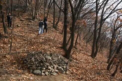 활엽수들의 낙엽들이 가득 쌓여 등산로가 안보인다 돌무더기가 있는 곳만 흙바닥이 보였다.