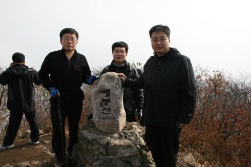 683m를 알려주는 예봉산 정상의 표지석에서 기념사진 헬기장에 마련된 작은 표지석이 아담하다.
