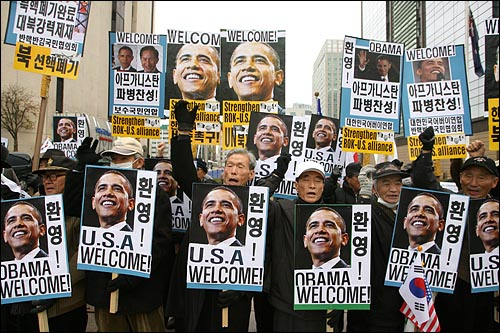한미정상회담이 예정된 19일 오전 오바마 미 대통령을 태운 차량 행렬이 지나갈 예정인 서울 세종로네거리에서 어버이연합, 반핵반김국민협의회 등 보수단체 회원들이 오바마 미 대통령 환영대회를 열고 있다.