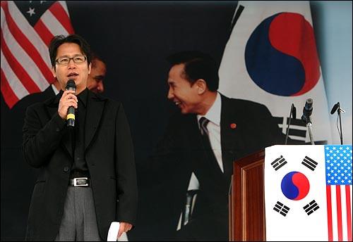 개그맨 심현섭씨가 19일 오전 서울 세종로네거리에서 열린 애국단체총협의회 주최 오바마 미 대통령 방한 환영대회에서 사회를 보고 있다.