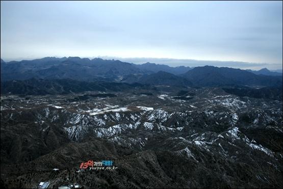 쓰마타이 창청에 오르며 본 멋진 원경, 멀리 보이는 방향이 베이징 시내. 100킬로미터 이상 떨어진 곳으로 쓰마타이는 허베이 성 경계와 가까운 창청이다.