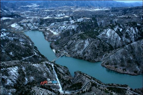 쓰마타이 창청에서 바라본 위엔양취엔. 산과 산 사이에 커다란 호수가 형성돼 있다. 이 호수를 경계로 동서로 나누어지고 호수 옆으로 하산길이 있다.