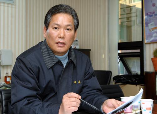 입장 밝히는 끄레뷰 강석원 회장 강석원 회장은 베이징구신공사가 지난 10월 동방신기 상하이콘서트를 앞두고, 인터넷을 통해 독단적으로 동방신기와 관련한 판매행위를 했다고 밝혔다.