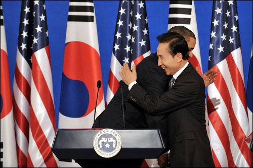 지난 19일 청와대에서 공동 기자회견을 마친 이명박 대통령과 버락 오바마 미국 대통령이 포옹하고 있다.