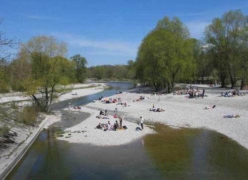 되살아난 이자강을 즐기는 독일 뮌헨 시민들 수로가 여울과 모래섬으로 회복되자 많은 시민들이 강을 즐기고 있습니다. (독일 임혜지 박사님이 사진을 제공해주셨습니다)