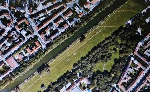 150년 전에 수로로 만들어 놓았던 이자강 독일은 이미 오래전에 모든 강을 수로로 만들었습니다. 그러나 이제 잘못을 깨닫고 자연형 하천으로 복원하고 있습니다. 수로 곁 잔디밭에는 사람이 전혀 없습니다.