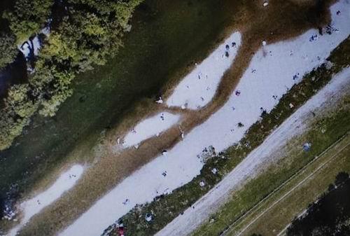 모래섬으로 되살아난 이자강을 찾은 시민들 수로가 여울과 모래섬으로 되살아나자 많은 시민들이 찾아와 휴식을 즐기고 있습니다. 수로 곁 깨끗한 잔디밭에는 사람들이 없었지만, 되살아난 모래섬에는 시민들로 가득합니다. 4대강 사업은 결국 국민을 강에서 내쫓는 강 죽이기가 될 것이 분명합니다.