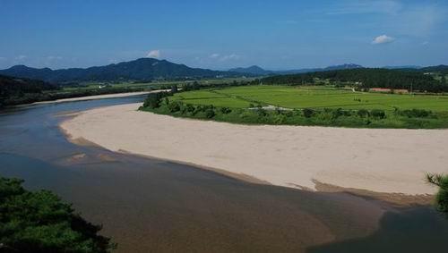 4대강 죽이기로 사라질 위기에 처한 낙동강의 비경 우리의 4대강은 모래섬과 여울이 살아있는 아름다운 강입니다. 외국은 지금 수로를 자연의 강으로 만들고 있는데, 우리의 강은 이미 이렇게 보존되어 있습니다. 4대강 죽이기를 하지 않는 것이 4대강을 살리는 일입니다.