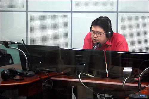 라디오 <시사자키 양병삼입니다>의 주말 방송을 맡았던 김용민씨가 마지막 방송을 하고 있다.