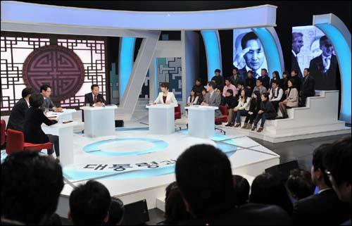27일 밤 이명박 대통령이 특별생방송 대통령과의 대화에 참석했다.