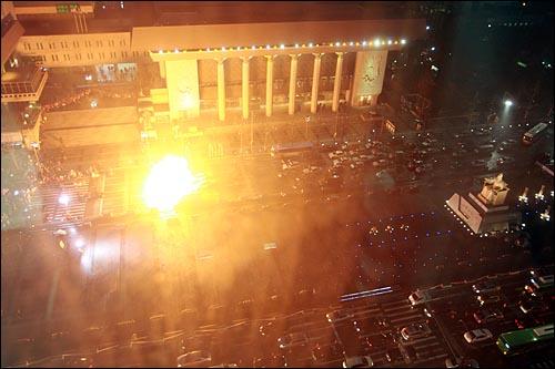 KBS 드라마 <아이리스> 촬영을 위해 29일 오전 7시부터 오후 7시까지 12시간 동안 세종로네거리에서 광화문까지 세종문화회관앞 도로와 광화문 광장이 전면차단되었다. 세종문화회관앞 도로에 세워진 차량에서 폭발물이 터지는 장면을 촬영하고 있다.
