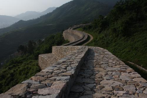 김해 분산성 가야시대 때 축성된 것으로 추측되는 성곽으로서 층단형식으로 성벽이 쌓여 있는게 독특해 보인다.(사적 제 66호)