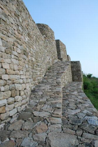 분산성 동문 층단형식으로 쌓아올린 성벽이 특이해 보인다. 마치 페루의 마추픽추를 보는 것처럼 견고하고 섬세하게 쌓아올렸다