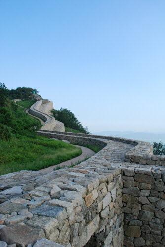 뱀처럼 스멀스멀 기어가는 성벽 동문에서 만장대로 바라본 모습. 마치 뱀이 기어가듯이 성벽이 큰 곡선을 그리며 쌓아져있다.